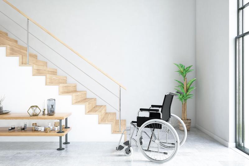 Rollstuhl steht vor Stufen