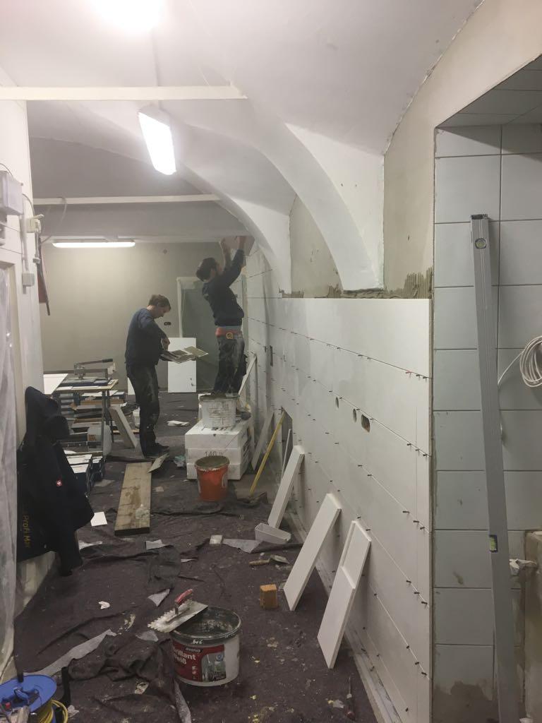 Die Wände werden neu verfliest.